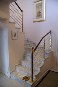 Trapp i leiligheten fra første til andre etasje