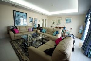 Stue, TV og stereoanlegg er til venstre utenfor bildet