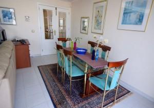 Glassbordet i stua, med inngang fra gangen i bakgrunnen