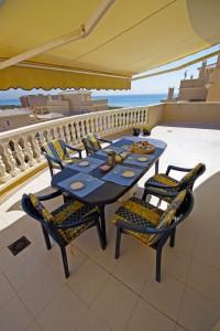 Frokost på terrassen nede - Middelhavet i bakgrunnen!